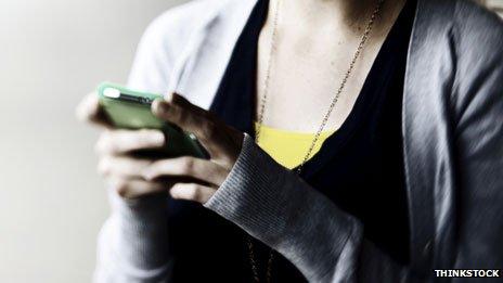 Подросток с телефоном