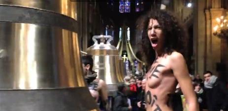 Vidéos-Provocations des Femen, pro-mariage homo, sur la démission du Pape à Notre-Dame de Paris  dans France femen+notre+dame+de+paris+