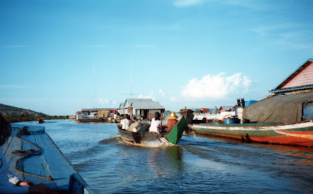 cu barca spre Siem Reap Cambogia