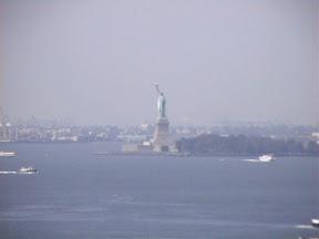 082 - Estatua de la Libertad desde el puente de Brooklyn.JPG