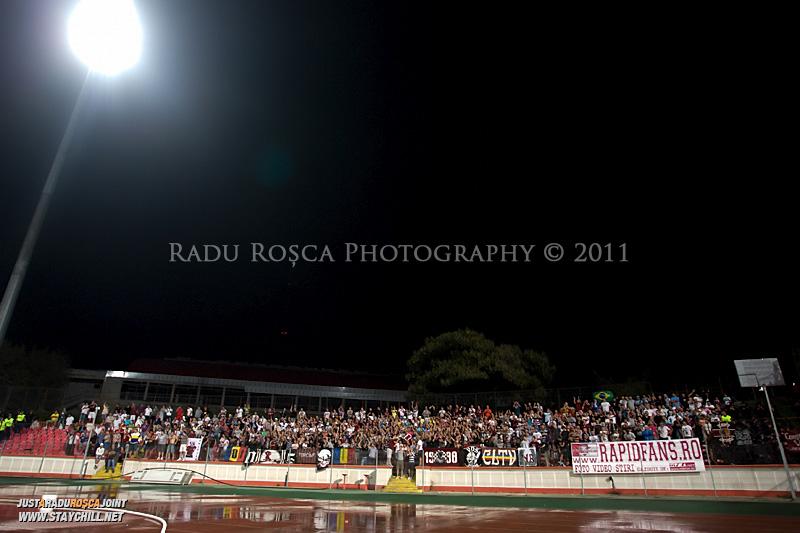 Suporterii asteapta inceperea meciului dintre Dinamo Bucuresti si Rapid bucuresti, din cadrul etapei a VII-a a ligii 1 de fotbal, duminica, 18 septembrie pe stadionul Dinamo din Bucuresti.