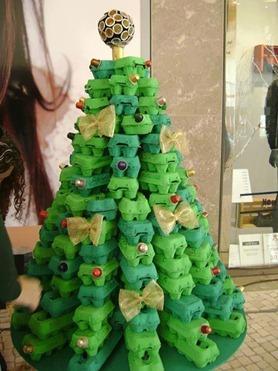 Albero di Natale con i contenitori delle uova
