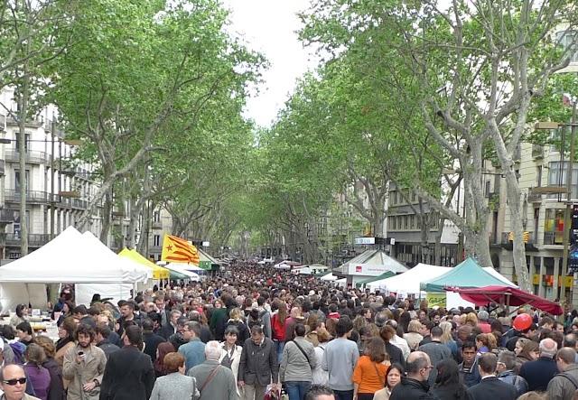Sant Jordi sorprèn i dribla la crisi, amb roses i llibres