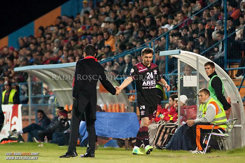 Romeo Surdu de la Rapid este schimbat in minutul 61 de catre Razvan Lucescu Jr in timpul meciului dintre FCM Tirgu Mures si FC Rapid Bucuresti din cadrul etapei a XIII-a a Ligii Profesioniste de Fotbal, disputat luni, 7 noiembrie 2011, pe stadionul Transil din Tirgu Mures.
