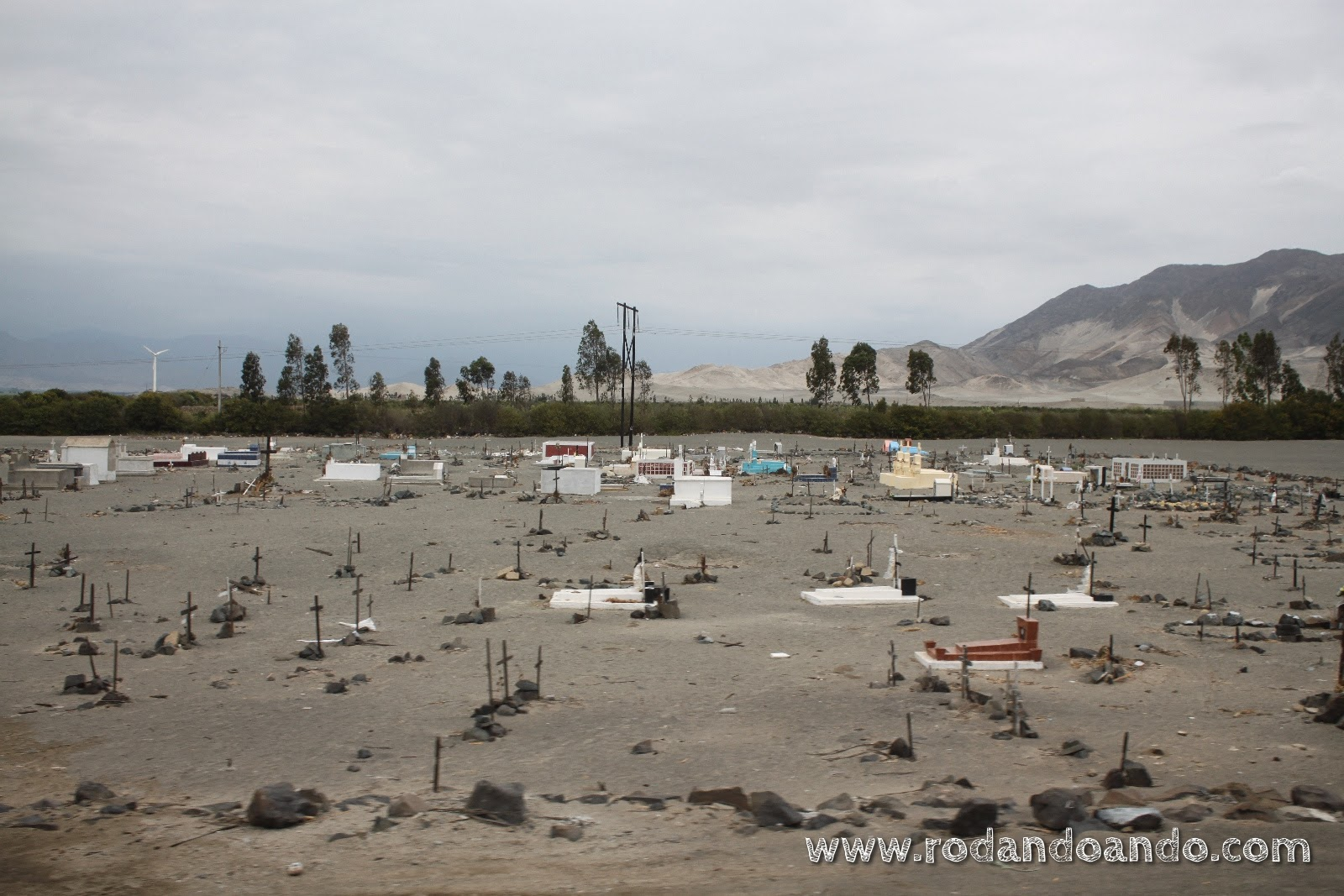 Triste cementerio en la arena, al costado de la ruta