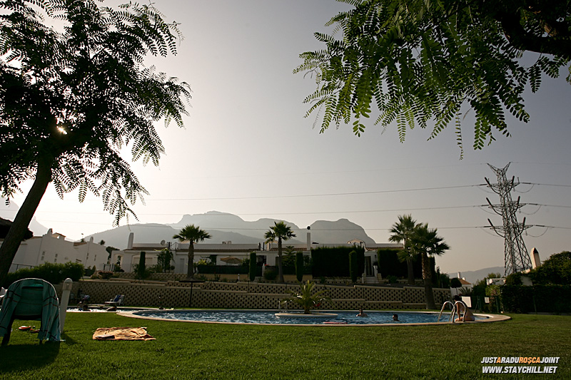 In spatele casei, o piscina minunata pentru zilele in care nu apucam sa vedem marea