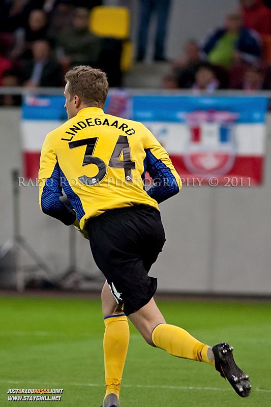 Anders Lindegaard se pregateste sa degajeze balonul in timpul meciului dintre FC Otelul Galati si Manchester United din cadrul UEFA Champions League disputat marti, 18 octombrie 2011 pe Arena Nationala din Bucuresti.