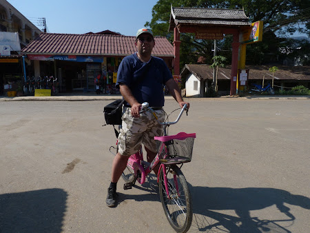 Imagini Vang Vieng: eu si bicicleta roz