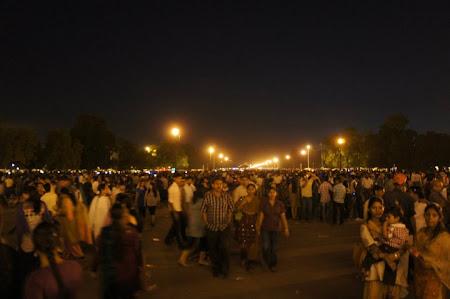 Mult popor indian la Gate of India