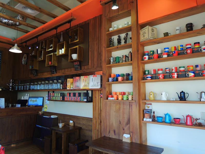 UNO COFFEE 舞弄咖啡館牆壁上許多咖啡容器.jpg