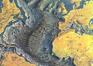 дно Атлантического океана, с хребтом из застывшей магмы