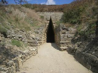 треугольная арка формирует вход в гробницу царского кургана, дромос инфразвукового приемника и   камертон