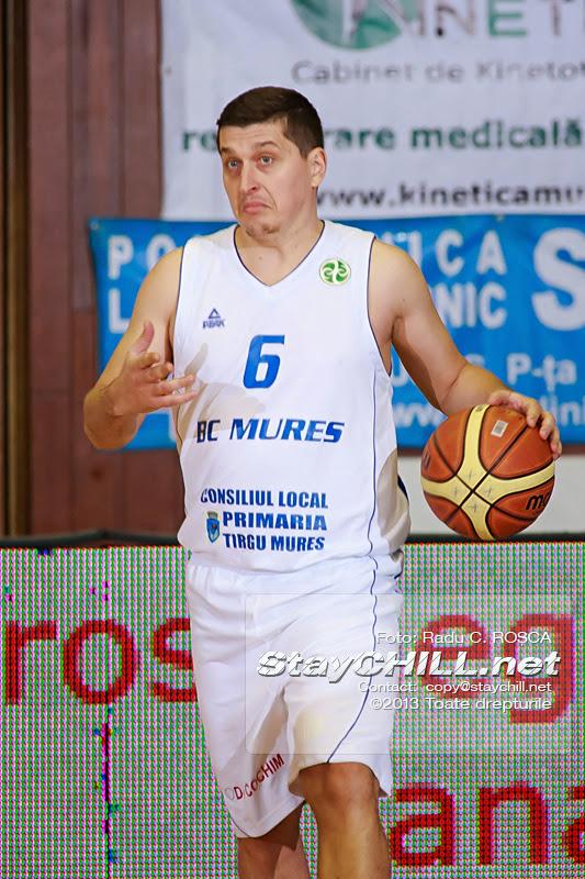 Silviu Lupusavei conduce mingea in atac