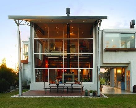 La casa amd de fachada moderna con formas planas de for Fachada de casas modernas con vidrio