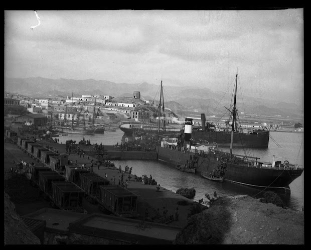 Carga de mineral, a mano, a bordo del vapor VALLE. Foto Gustavo Gillman Bover. Archivo General region de Murcia.jpg