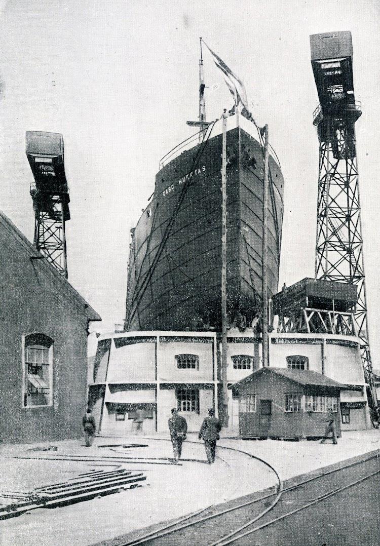 El vapor CABO HUERTAS en gradas. Foto del libro OBRAS. S.E. DE C.N. Año 1922.JPG