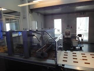 Fabrication d'une branche de chocolat Cailler au Musée de la Maison Cailler à Broc