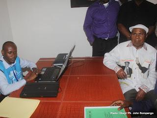 A droite,Etienne Tshisekedi dépose sa candidature pour la présidentielle 2011, le 5/09/2011 au bureau de réception et de traitement des candidatures à la présidentielle à  Kinshasa. Radio Okapi/ Ph. John Bompengo