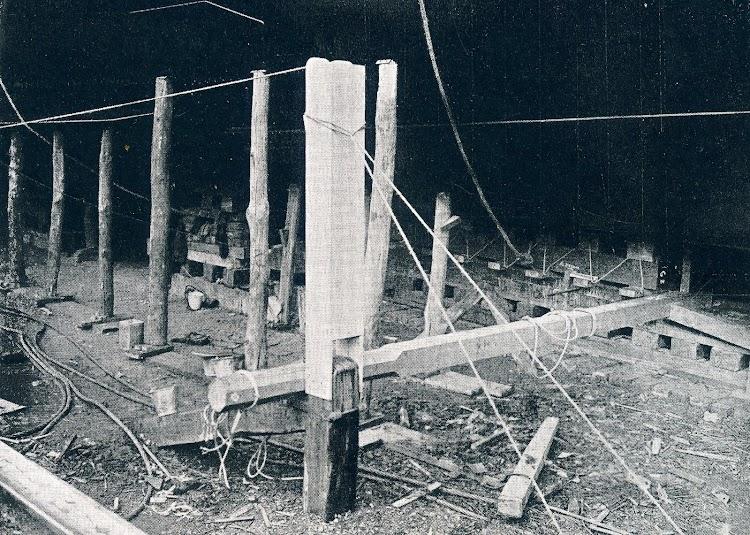 Sistema de lanzamiento. Esta foto considero que es la mas interesante de este post. Obsérvese el primitivo sistema de liberación de retenidas. THE SHIPBUILDER. Abril de 1.92.JPG