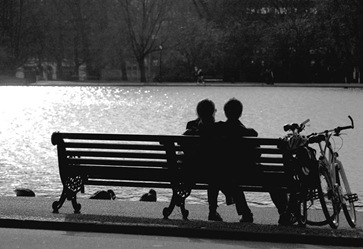 couple_bench_bw