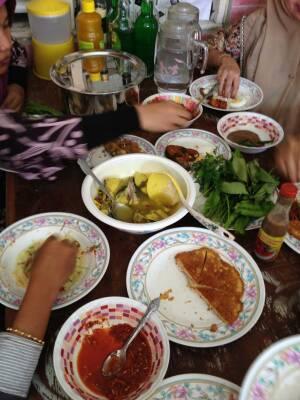 Makan Nasi Singgang Regu Budu