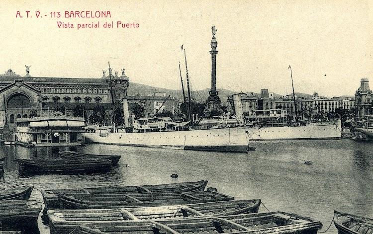 El LULIO y posiblemente el JAIME I en el puerto de Barcelona hacia 1.910. Al fondo el embarcadero de pasajeros. POSTAL.JPG