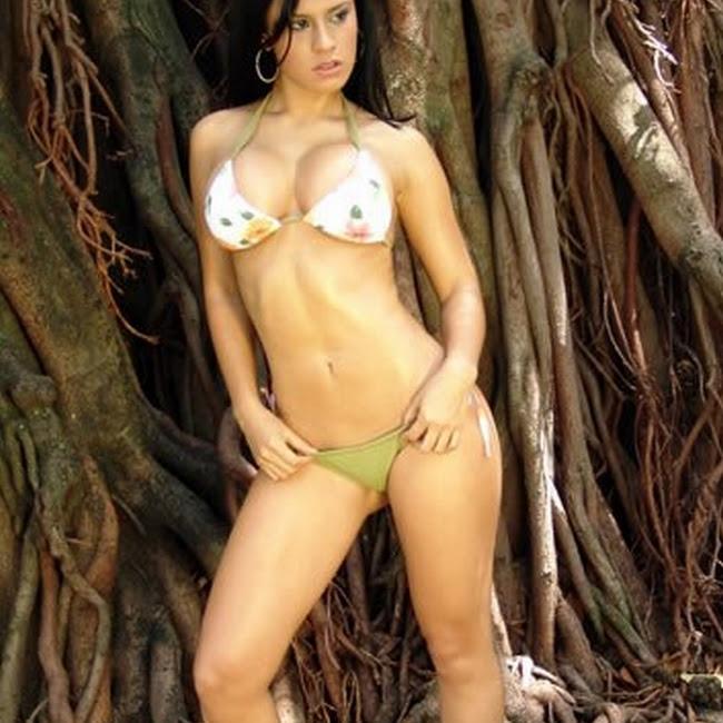 Andrea Rincon Bikini Verde Flores CaliEsCali Foto 4