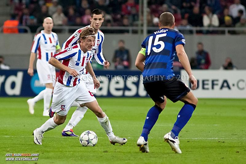 Liviu Antal incearca sa treaca de Nemanja Vidic (15) in timpul meciului dintre FC Otelul Galati si Manchester United din cadrul UEFA Champions League disputat marti, 18 octombrie 2011 pe Arena Nationala din Bucuresti.