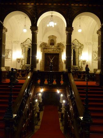 Atractii turistice Sinaia: intrare castel Peles