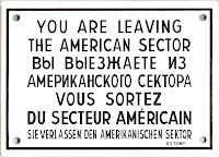 """""""Você está saindo da Zona Americana"""" -Cópia de placa próxima ao Muro de Berlim"""