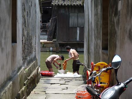 Traditii China: spalat de rufe la rau in Wuzhen