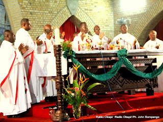 Des évêques catholiques, lors d'une messe officiée par le cardinal Laurent Mosengwo Pasinya (au centre) le 12/1/2012 à la Cathédrale Notre Dame du Congo. Radio Okapi/ Ph. John Bompengo