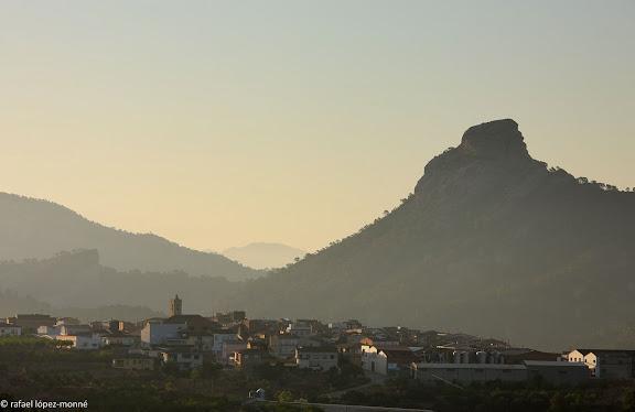 El poble de Bot i darrera, l'agulla de Bot.Bot, Terra Alta, Tarragona