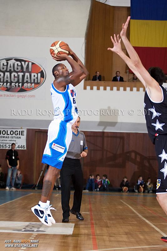 Calvin Watson incearca sa inscrie de la 3 puncte in timpul  partidei dintre BC Mures Tirgu Mures si U Mobitelco Cluj-Napoca din cadrul etapei a sasea la baschet masculin, disputat in data de 3 noiembrie 2011 in Sala Sporturilor din Tirgu Mures.