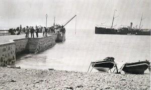 Puerto de Cabras. Fuerteventura. Final del Siglo XIX. Maniobras de carga o descarga sobre bote. Correo indeterminado. Del libro EL CORREILLO LA PALMA EN IMAGENES.JPG