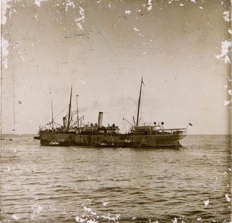 Es muy probable que este vapor fondeado en aguas canarias fuese el WAZZAN. Foto Archivo FEDAC.jpg