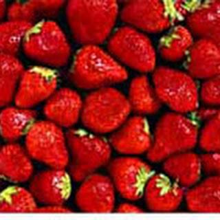 Rode Vruchten-yoghurtijs Met Romige Aardbeiensaus