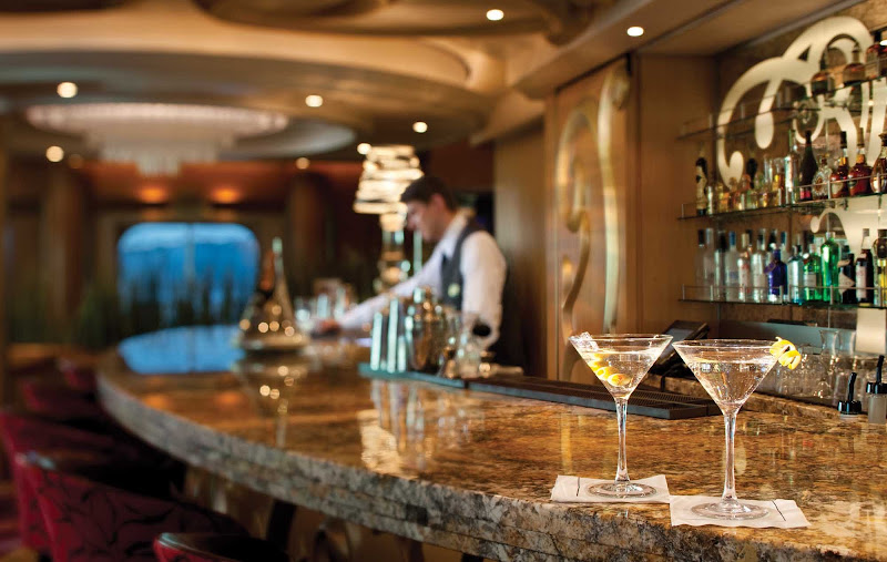 Splendour of the Seas' R Bar features a sophisticated 1960s vibe, complete with iconic furnishing and signature cocktails.