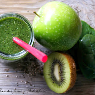 Spinach, Green Apple, and Kiwi Green Smoothie.
