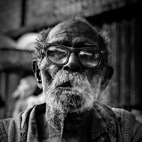 smoke by Shibasish Saha - Black & White Street & Candid ( old age, candid, people, smoke, portrait )