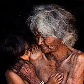 Grandmother and the kid by Thảo Nguyễn Đắc - People Street & Candids