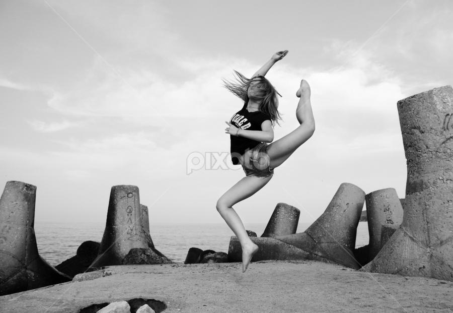 by Ivelin Zhelyazkov - Black & White Portraits & People ( балет, natural light, момиче, jumping, black and white, шпагат, ballerina, photo, portrait, танц, дневна светлина, жена, girl, палци, woman, splits, балерина, портрет, ballet, dance, скок )