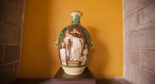 Koricancha decorative urn - An urn depicting missionaries at Koricancha.