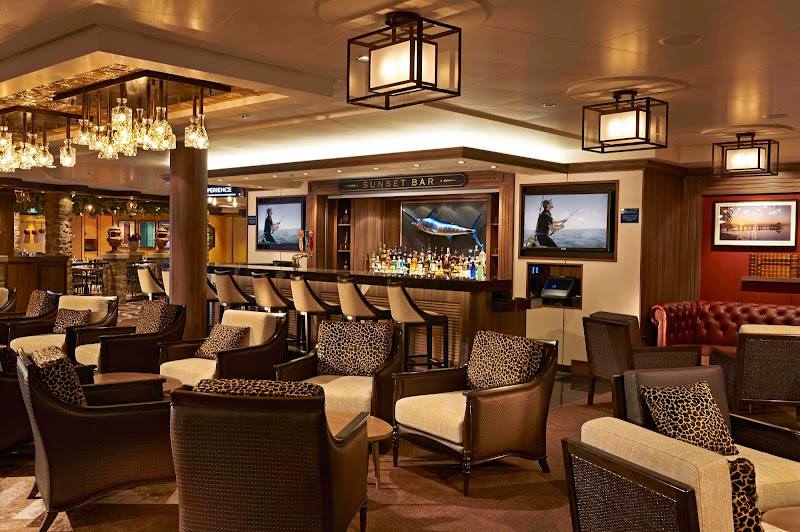 Unwind, grab a cocktail and chat with new friends at the Sunset Bar on Norwegian Getaway.