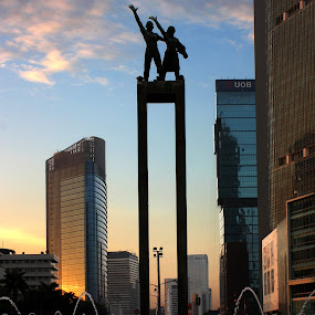 Selamat Datang Statue by Rully Kustiwa - Buildings & Architecture Statues & Monuments ( statue, buildings, jakarta, sunrise,  )