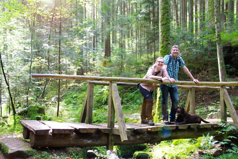 Du siehst einen Mann und eine Frau auf der Brücke in der Sonne stehen.