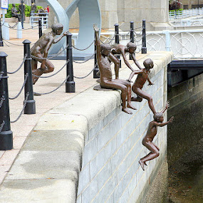 Children umping into Singapore River by Leong Jeam Wong - Buildings & Architecture Statues & Monuments ( bronze, history, sculpture, statue, jumping, children, singapore, business, swimming )