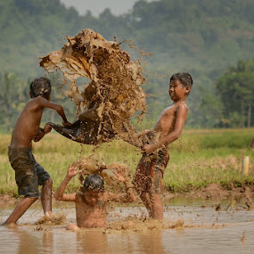 Play Mud by M Reza Saptodi - Babies & Children Children Candids