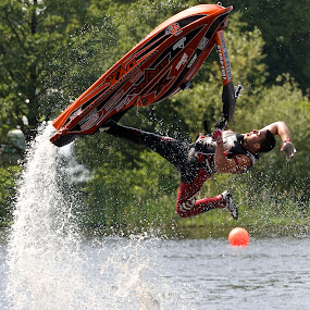 Anthony Burgess Flying by Dave Hudson - Sports & Fitness Watersports (  )