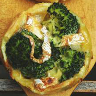 Puff pastry tarts with broccoli and Camembert - Tartelettes aux brocolis avec camembert.
